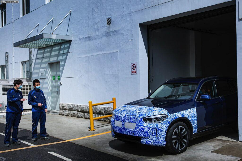 ein iX3 verlässt die Endmontage im Werk Dadong (Quelle: BMW)